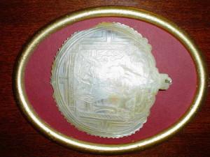 """""""Matka Boska Perłowa"""". Macica perłowa była często surowcem, w którym ryto wizerunki Matki Boskiej i Świętych. Wartością użytego materiału podkreślano cześć, jaką darzono Maryję. Na zdjęciu - płaskorzeźba weneckiej roboty z 1925 roku."""