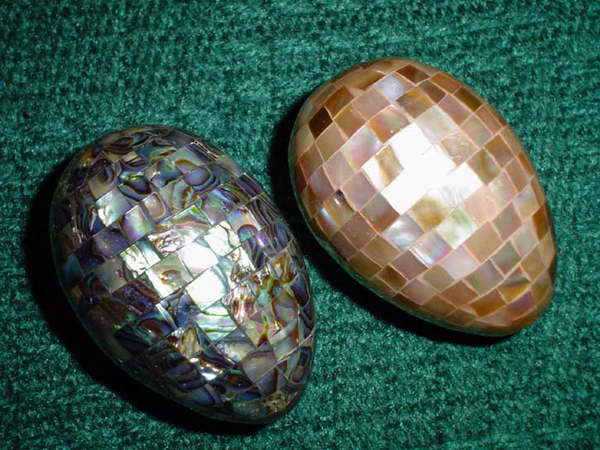 Takie jajka mogą być osobliwością wielkanocnego koszyka. Wykonano je z użyciem małych kwadracików masy perłopławów i haliotisów.