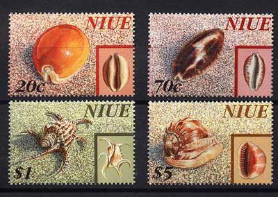 Rewers i awers muszli na znaczkach Niue.