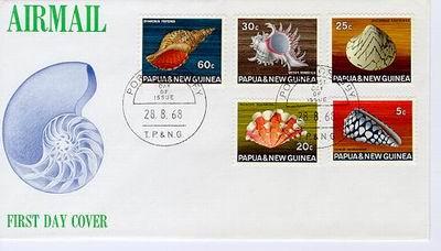 Papua Nowa Gwinea, 1968. Różnorodność barw i kształtów ciekawych gatunków muszli...