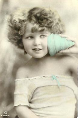 Któż nie słuchał szumu morza w znalezionej muszli? Angielska pocztówka z 1919 roku.