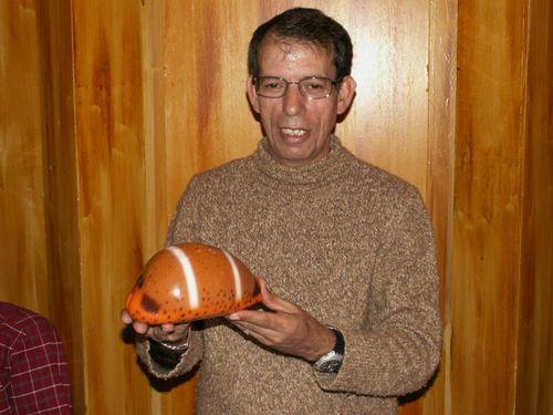 Jednak zaproszonych gości nie brakowało. Na zdjęciu: portugalski kolekcjoner p. Granja, współwłaściciel firmy ?Deep?n Reef Shells?? z nieprzyzwoicie wielką ?podróbką? Cypraea lutea.