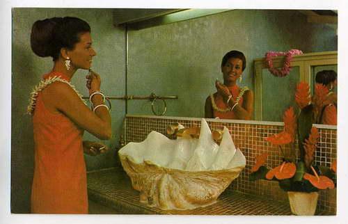 Wielka Tridacna gigas w dość nietypowej roli... Pamiątkowa kartka z ?Coco Palms Hotel? ? Hawaje, 1970 rok.